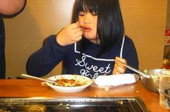 お好み焼きを食べる友希ちゃん.jpg