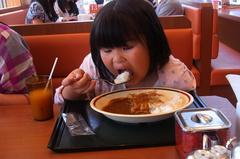 ぎょうざカレーを食べる友希ちゃん.jpg