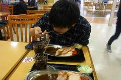 ざんぎカレーを食べる蒼輝.jpg
