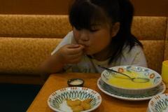 エビを食べる友希ちゃん.jpg