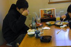 カツカレー食べる蒼輝.jpg