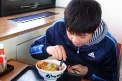 カツ丼を食べる蒼輝.jpg
