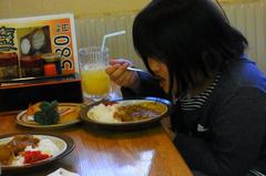 カレー食べる友希ちゃん.jpg
