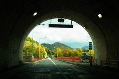 トンネルからの紅葉.jpg