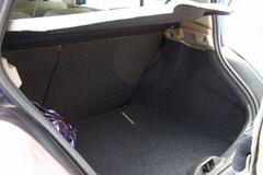 ハッチバックの車としては広いトランク.jpg