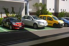 並んでるルノー車.jpg