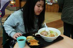 友希ちゃんは塩ラーメンと餃子のセット.jpg