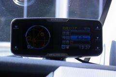 右が燃費情報、左はレーダースコープ。.jpg
