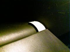 右側を持ち上げるのに厚手のテープを….jpg
