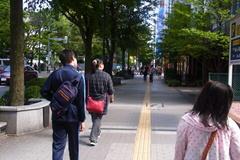 大通りの外側を歩くつばさっちファミリー.jpg