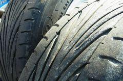 左側のタイヤは傷みが多い….jpg