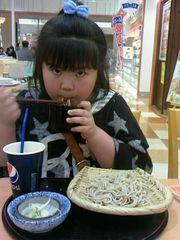 幌加内製麺のそばを食べる友希ちゃん.jpg