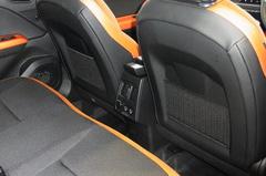 後部座席にエアコンのダクトとUSBポートが.jpg