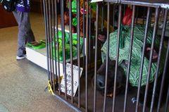 物産館の入り口にメロン熊が檻に(笑).jpg