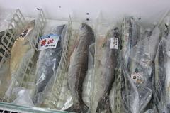 真空パックで売られている魚.jpg