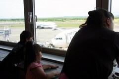 空港で飛行機見てます.jpg