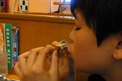 辛味チキンを食べる蒼輝.jpg