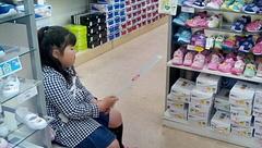 靴屋で靴さがし友希ちゃん.jpg